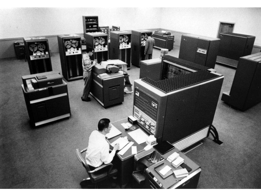 L'IBM 704 che fu utilizzato per il primo software dei Music N, il Music I.