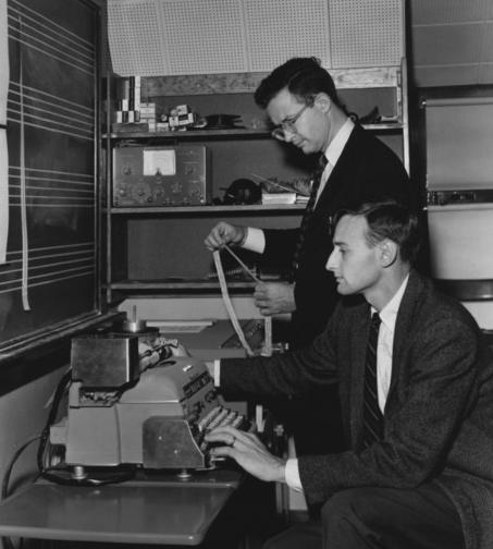 Robert Baker (avanti) e Lejaren A. Hiller
