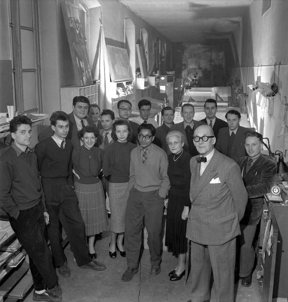 //// Estudio de Le Corbusier // Atelier 35, Rue de Sèvres. Paris // Le Corbusier con sus colaboradores / A la izquierda destaca Iannis Xenakis /// Foto Willy Rizzo /// 1953