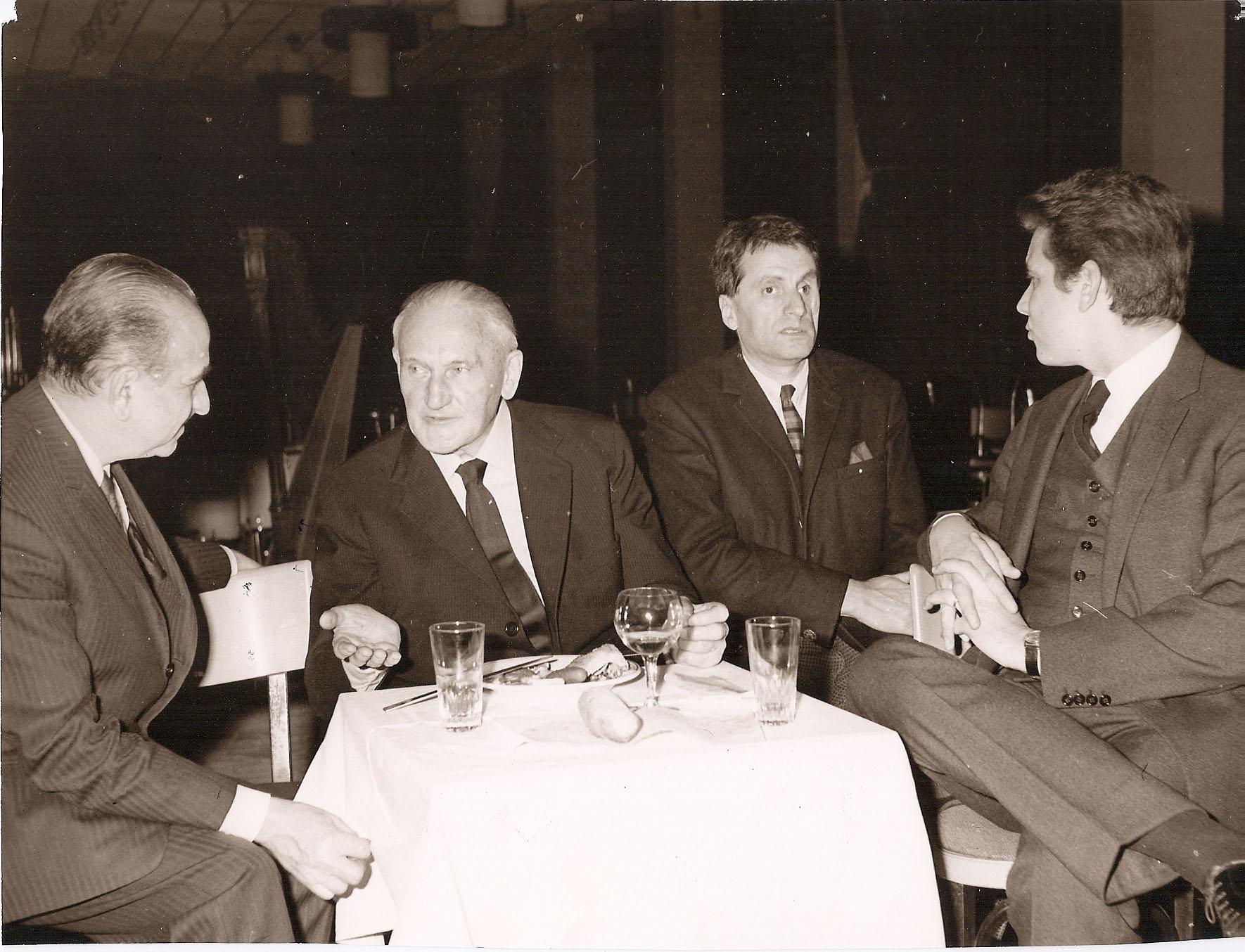 Charles Bruck (à gauche), en 1966, année de la création du fameux Terrêtektohr. Cette photo a une histoire : prise au Festival de Royan, elle rassemble Hermann Scherchen (au centre), Iannis Xenakis et Mario Bois, son éditeur.