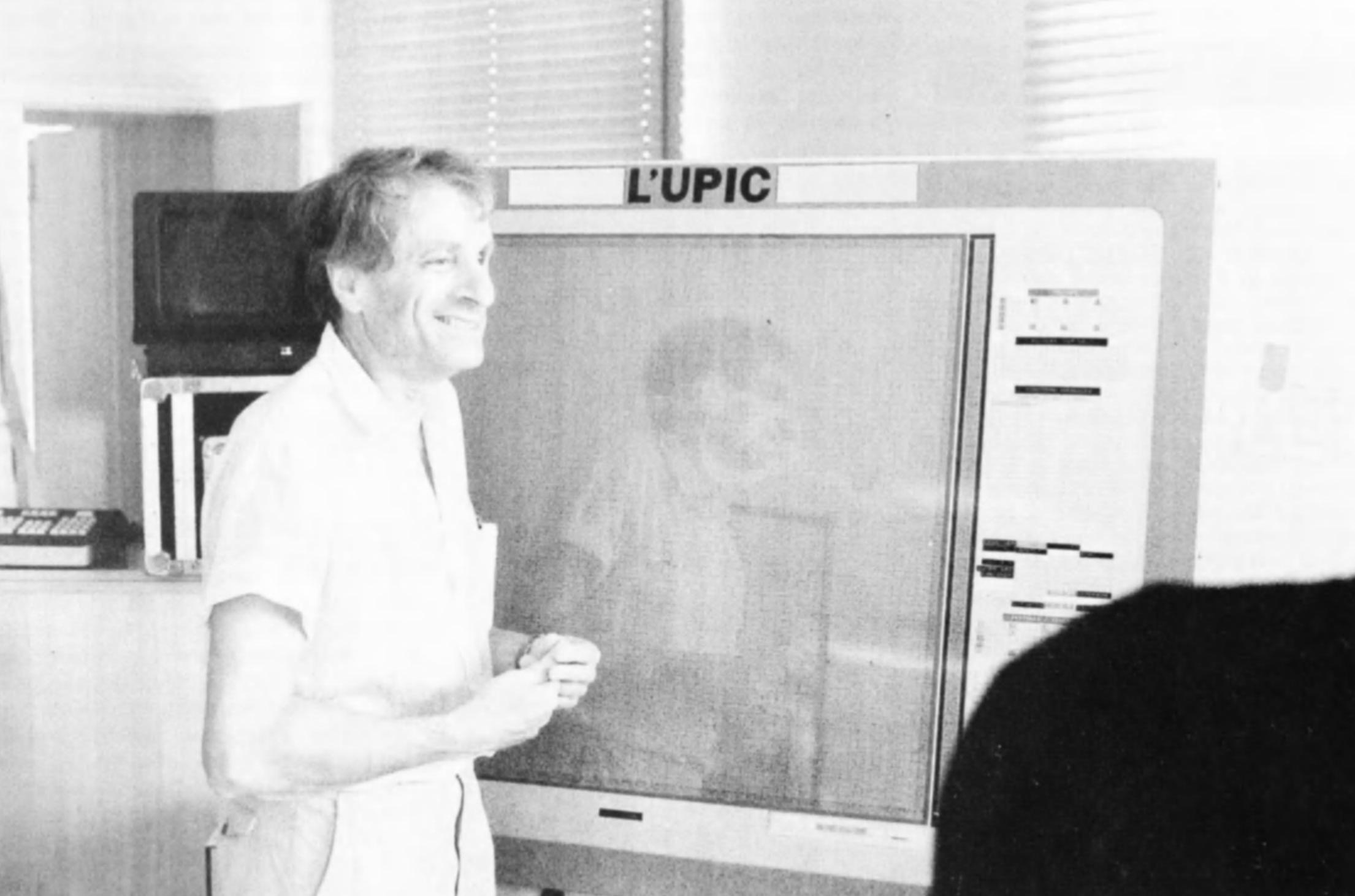 Xenakis di fronte alla lavagna del sistema UPIC.