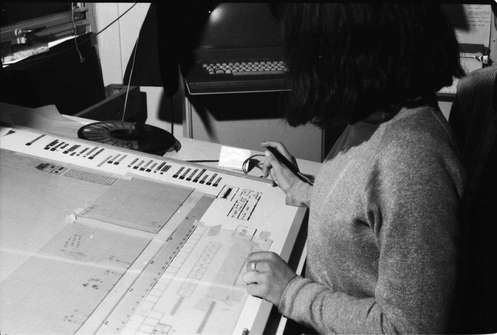 Prove al sistema Upic durante un evento presso il Centre d'Etudes de Mathématique et Automatique Musicales (CEMAMu), 1980.