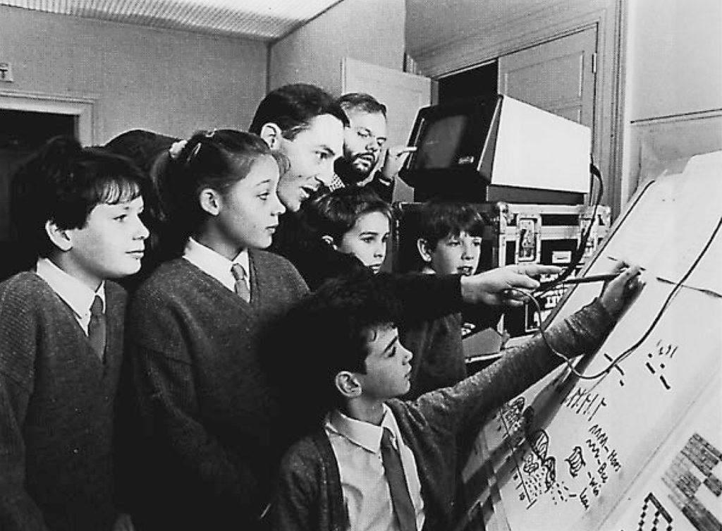 Una classe di studenti mentre utilizza il sistema Upic. È stato evidenziao come l'Upic abbia avuto un ruolo importante anche dal punto di vista della didattica.
