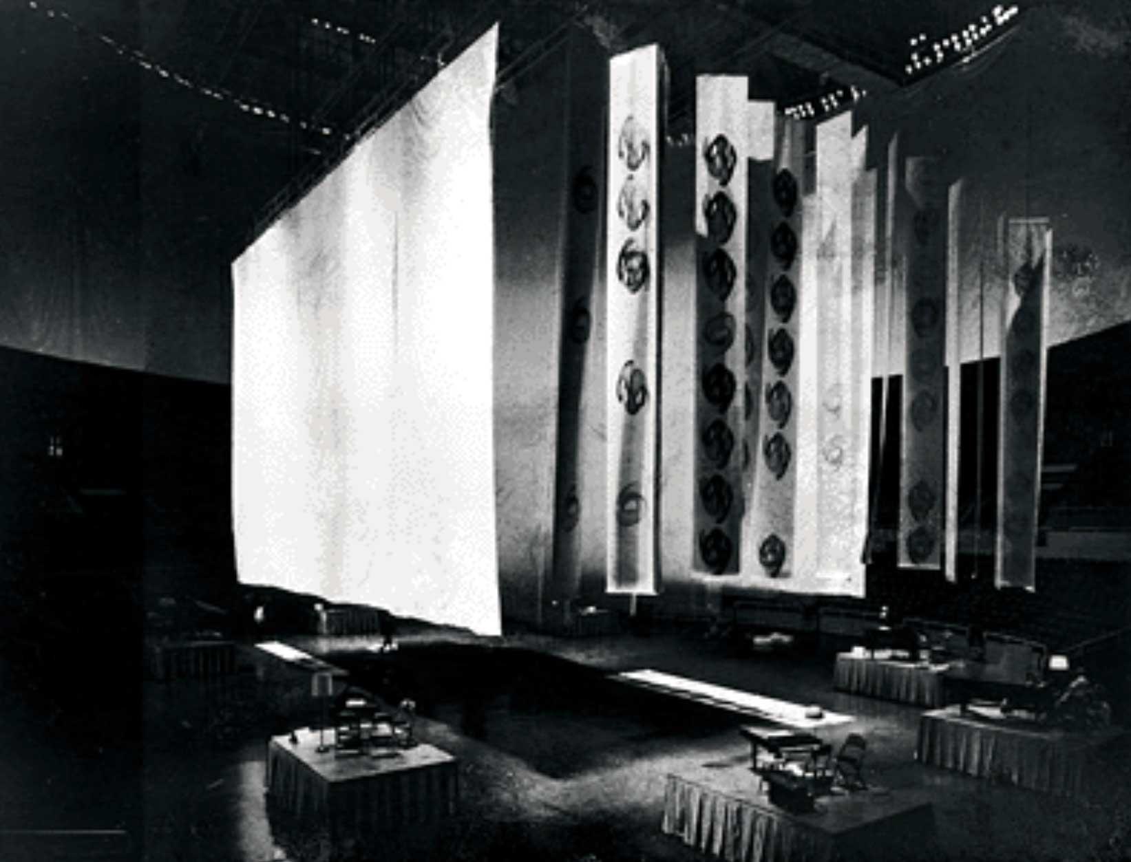 Un'immagine dell'Assemlby Hall prima della performance. Si notano i banner grafici.